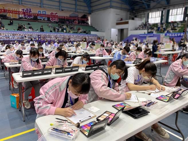此次瘋時尚設計賽吸引700多位報名切磋,彩妝項目參賽者要在限時內完成作品(黃珈綺攝)
