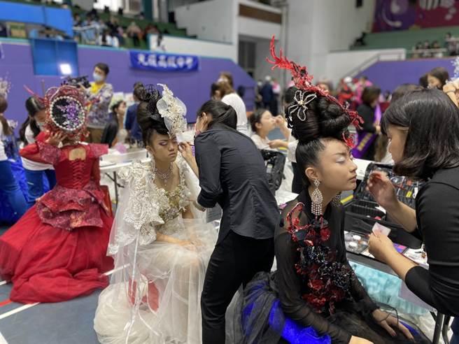 新娘整體造型設計參賽者屏氣凝神在限時內完成最好作品希望得到佳績(黃珈綺攝)