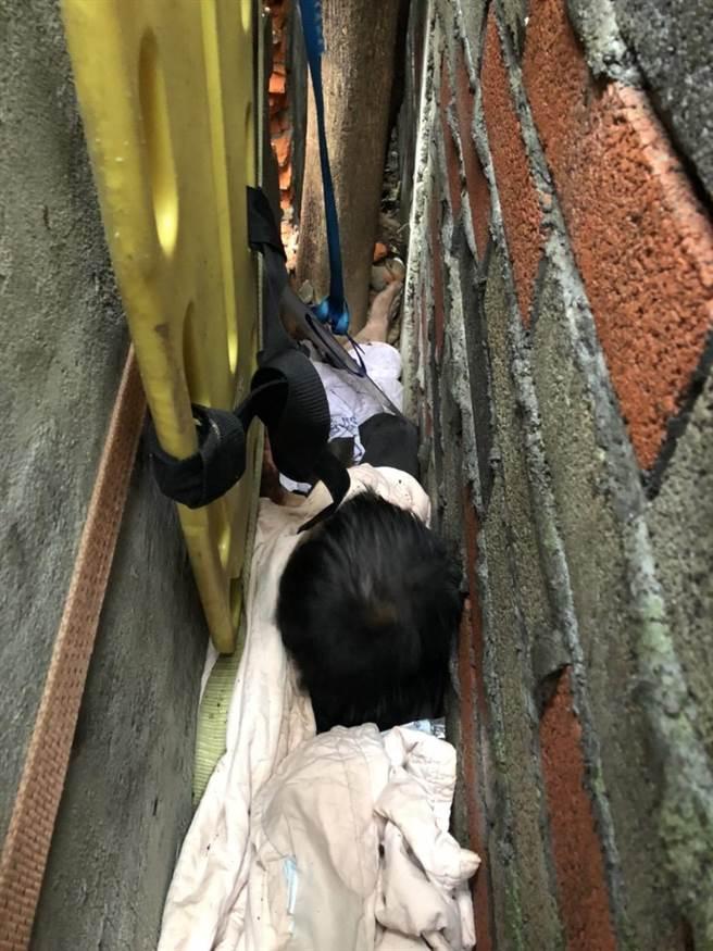 28歲林男今早不慎困在房舍外牆縫隙中動彈不得。(翻攝照片/黃婉婷桃園傳真)