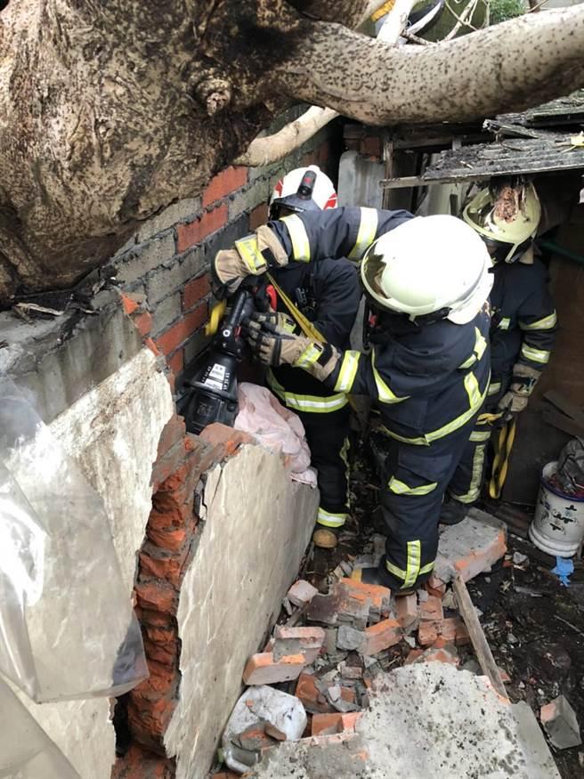 救災人員以削岩機、油壓撐開器、棘輪束帶等器材對牆面進行局部破壞,撐開可救援的空間。(翻攝照片/黃婉婷桃園傳真)