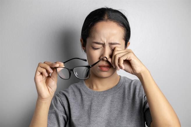 開車眼前閃白光,女視線模糊嚇歪衝醫院,結果竟是預兆性偏頭痛。(圖/Shutterstock)