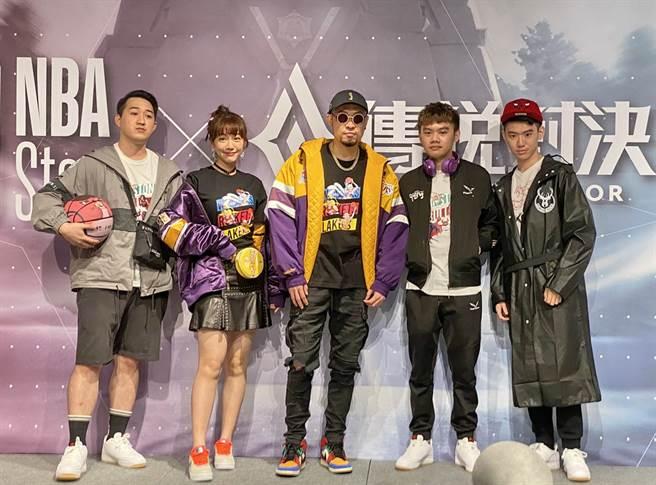 MC HotDog熱狗(中)跟電玩戰隊玩家、網紅泱泱合影留念。(黃及人攝)