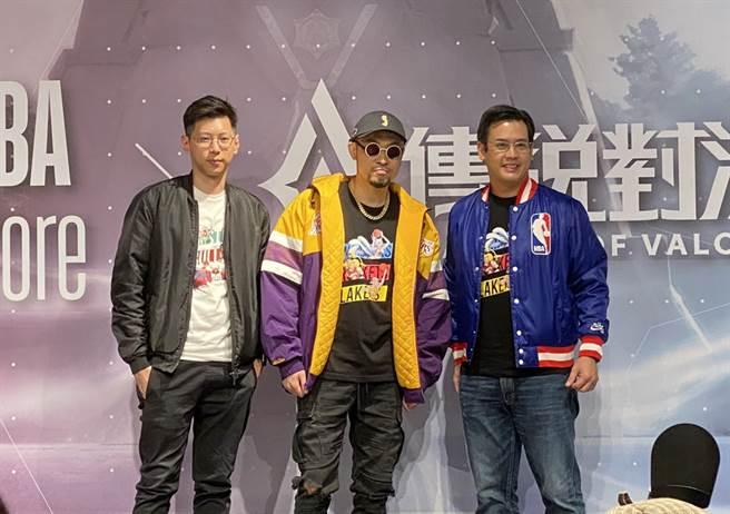 MC HotDog熱狗(中)跟摩曼頓總經理謝鼎亨(右)、Garena總經理陳逸軒合照。(黃及人攝)