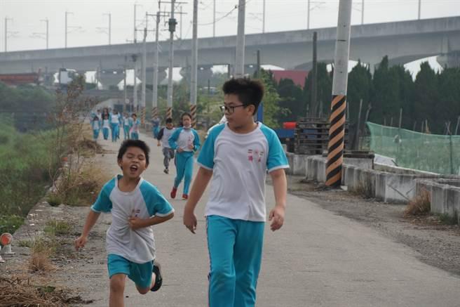 小朋友奮力向前跑,跑得筋疲力盡,面目猙獰,但為了健康,腳步不敢停下來。(校方提供/吳建輝彰化傳真)
