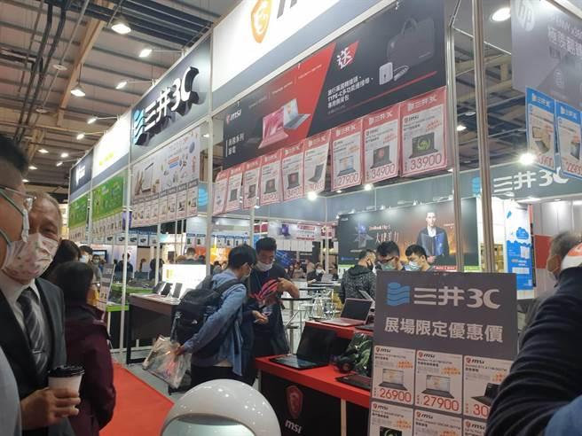 台中資訊展11日熱鬧展開,多個廠牌產品推出破盤優惠價,是搶便宜的好時機。(林欣儀攝)