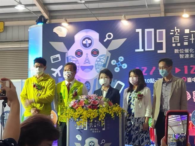 台中市长卢秀燕(右三)为资讯月活动开幕剪彩,强调此活动对台湾资讯产业发展有相当帮助。(林欣仪摄)