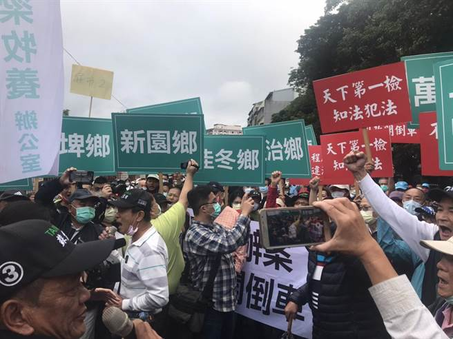 綠委蘇震清服務處11日集結800人從屏東北上看守所聲援,要求蘇保重身體。(記者蔡雯如攝)