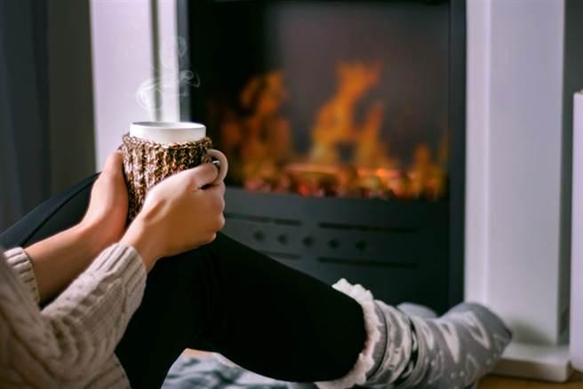 冬天手腳冷冰冰,自製飲品可以暖胃暖身。(示意圖/Shutterstock)