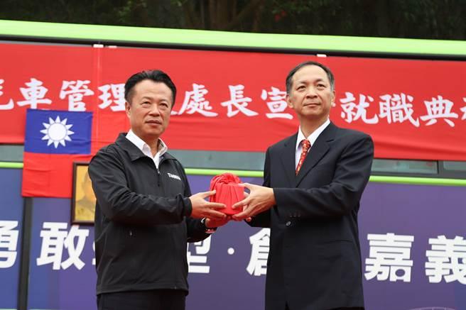 嘉義縣長翁章梁(左)交付印信給新任公車處長楊志雄。(嘉義縣政府提供)