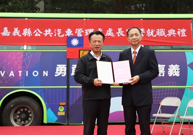 嘉義縣長翁章梁(左)頒發佈達令給新任公車處長楊志雄。(嘉義縣政府提供)