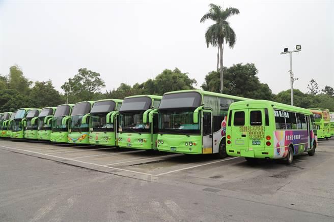 嘉義縣公車處位於嘉義市大雅路,停滿公車。(嘉義縣政府提供)