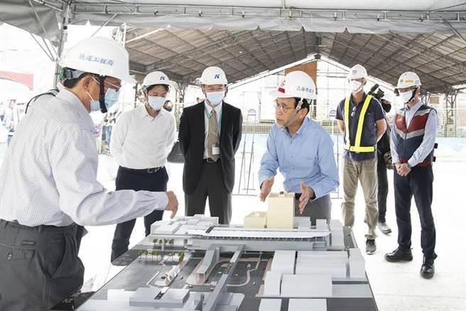 高雄副市長林欽榮(前排右一)說明高雄捷運紅線延伸線RK1岡山站聯合開發規劃。圖:高雄捷運局提供