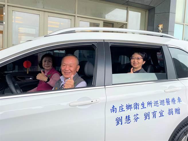 李碧華把對已故女兒的思念化為大愛,11日捐贈南庄鄉衛生所1輛巡迴醫療車,苗栗縣長徐耀昌、衛生局長張蕊仙試乘。(巫靜婷攝)