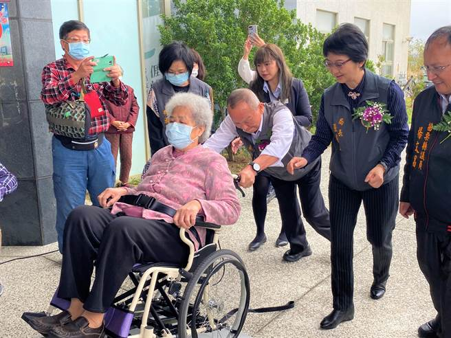 苗栗縣長徐耀昌推坐著輪椅老人家試乘新的巡迴醫療車。(巫靜婷攝)