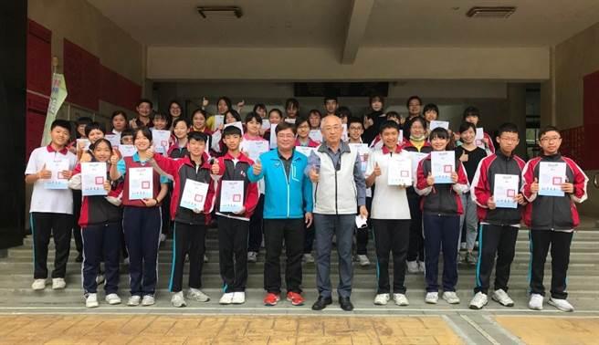 東南國中今年參加縣賽與全國賽得獎的學生大合照。(東南國中提供)