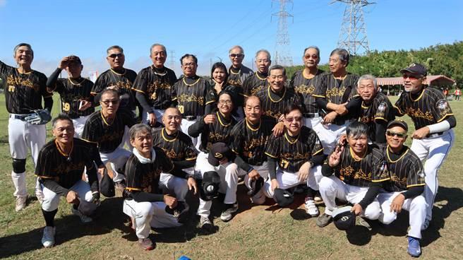 弘道老人福利基金會指出,透過棒球運動,不老球員們大膽挑戰生命潛能,將持續「壯大」不老棒球隊。(弘道老人基金會提供/張妍溱台中傳真)