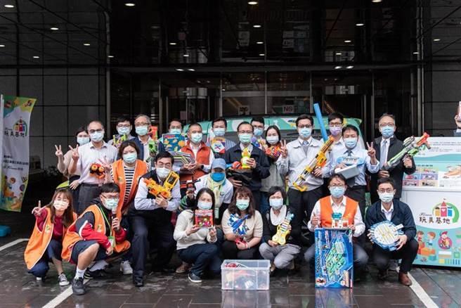 台塑大樓員工齊心捐贈二手玩具回收合影。圖:台塑企業提供