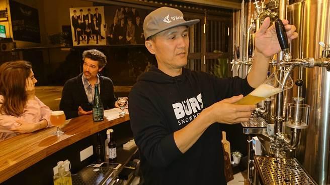 吴明龙年过半百从设计师转型酿酒师,开创人生职场第二春。(程炳璋摄)
