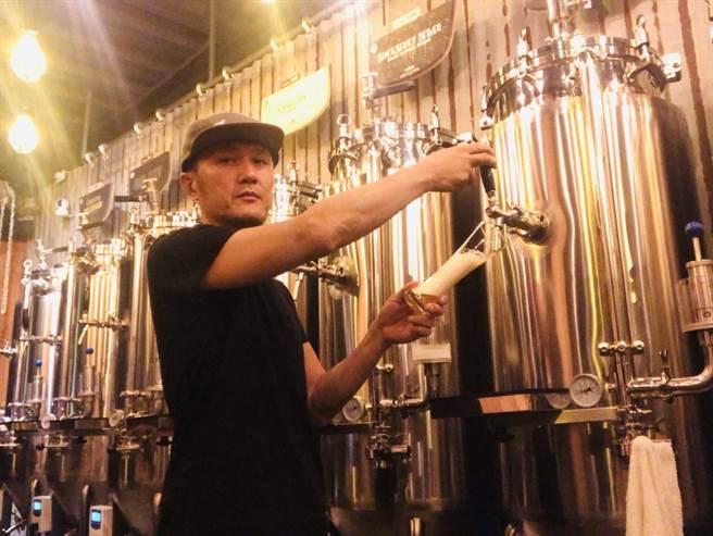 中年转型,吴明龙从服饰设计师变成酿酒师。(读者提供/程炳璋台南传真)