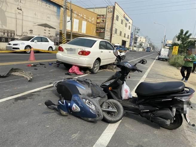 刘姓男子疑因高血压引起头晕现象,在美山路停红灯时,不慎连续衝撞正在停红灯的5部机车,现场机车被撞倒,造成1死5伤。(警方提供/林雅惠高雄传真)
