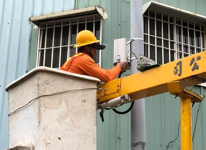 嘉義市全市250處微型空品感測器,今年委由第三方公正單位查核,感測器資料數據上傳完整度高達99%、數據精準滿意度達92%。(亞太提供)
