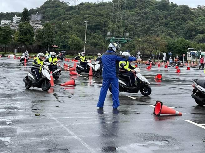 新北市新店警分局於日前在民間駕訓班辦理安全駕駛訓練。(新店警分局提供)