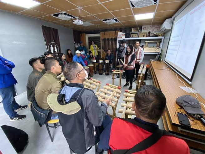 「泰好玩獵人體驗營」規劃包括部落樂音工作坊,讓遊客體驗原住民傳統樂器演奏。(馮惠宜攝)