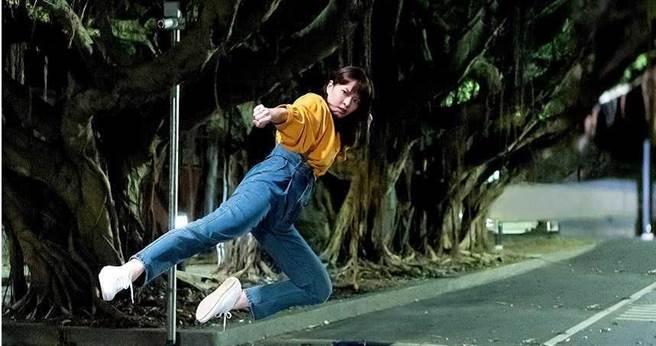 葉星辰上演武打戲,首次吊鋼絲飛踢卻踢傷腳。(圖/東森提供)