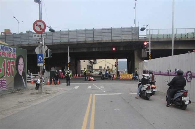 為了配合站區鐵路地下化工程,民族路橋機車道遭到拆除,但因為駕駛行為改變,許多機車騎士還不熟悉道路開通後的用路方式,因此發生多起車禍。(翻攝畫面/洪浩軒高雄傳真)