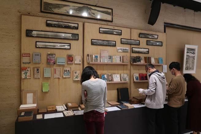 将在13日举办的「清风似友」台北古书拍卖会,11日起举办两天预展,许多喜欢绝版诗集的民眾来挖宝。(许文贞摄)