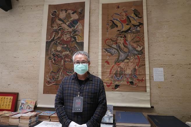 主办人扫叶工房负责人傅月庵最喜欢的拍品是两幅火神爷水陆画。(许文贞摄)