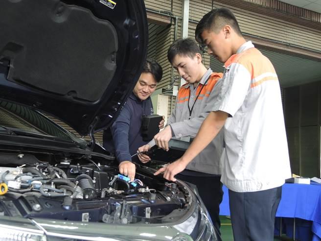光復高中汽车科学生在今年全国中等学校工业类科技艺竞赛中成绩不俗,拿下两名优胜。(邱立雅摄)