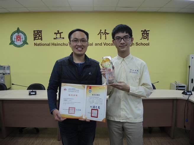 新竹高商资处科学生彭焕城(右)参加技艺竞赛程式设计职种,以术科满分获金手奖第1名。(邱立雅摄)