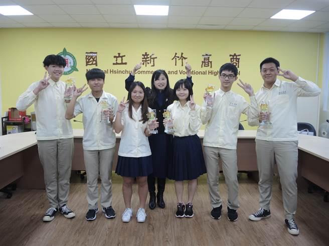 新竹高商今年推派6名学生参加全国技艺竞赛,拿下3座金手奖、3名优胜。(邱立雅摄)