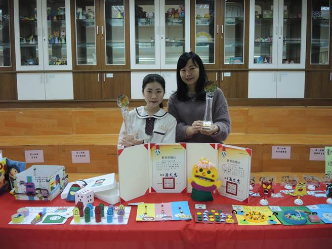 光復高中學生鄭筠暄(左)拿下今年全國高中技藝競賽教具製作金手獎。(邱立雅攝)