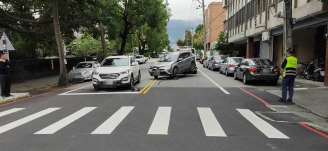 警方執行拖吊,遭車主阻撓,車輛引擎啟動,導致拖離的路上撞擊一旁車輛。(警方提供/王志偉花蓮傳真)