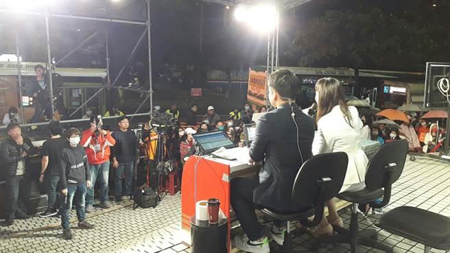 中天新聞部也以「不斷電」方式,將攝影棚移往一樓大廳外,直接面對群眾,像是在宣示永遠會站在民眾這一邊。(朱真楷攝)