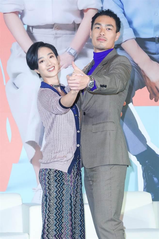 杨佑寧(右)和桂纶镁为电影学了快2个月的国标舞。(吴松翰摄)