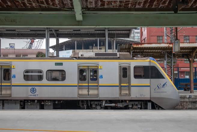 一位女大生發文表示,她在搭乘火車時,隔壁的女性乘客竟拖掉鞋子,隨後盤腿坐在椅上,但沒想到,下秒發生的事讓她更崩潰。(達志影像)