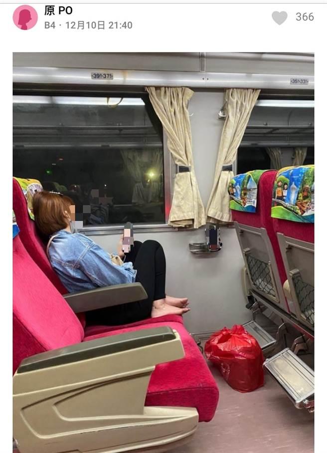 原PO貼出照片,可見該名乘客的誇張行為。(圖擷取自達志影像)