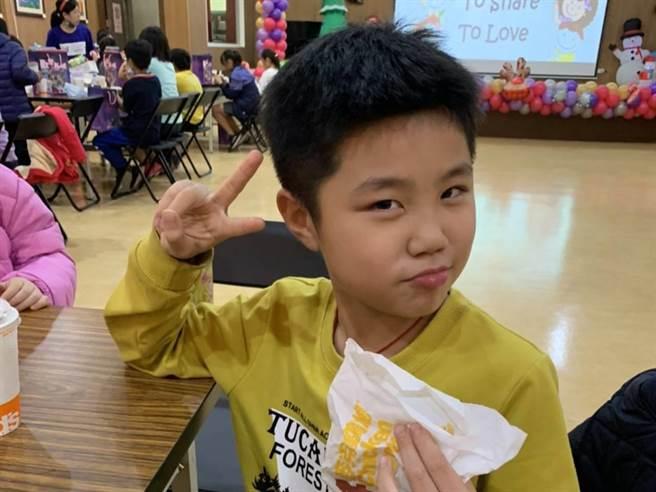 小朋友開心吃著麥當勞。(朴子市公所提供/張毓翎嘉義傳真)