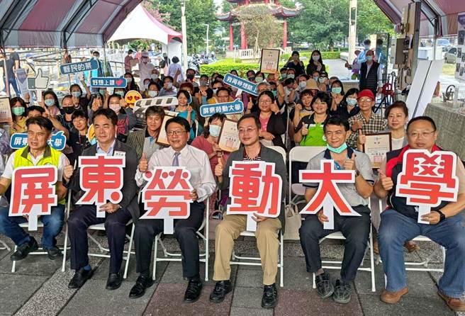 第一屆屏東勞動大學舉辦成果展,共有800多名學員參加,一起秀出半年來所學成果。(潘建志攝)