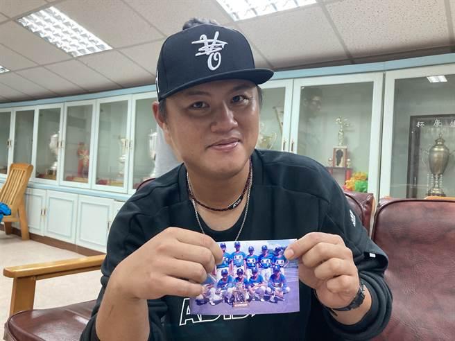 前職棒球員羅國華拿著光復國小舊照片。(鄧心瑜攝)