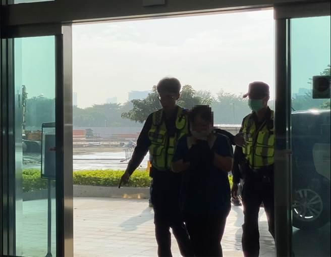 警方下午逮回林姓女竊盜通緝犯。(曹婷婷攝)