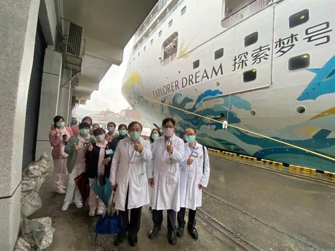 基隆醫院上探索夢號幫船員打針,替跳島旅遊做準備。(基隆醫院提供/吳康瑋基隆傳真)