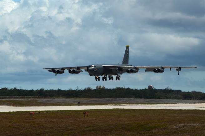 白宮權力交接、美軍撤出伊拉克與阿富汗,加上蘇雷曼尼遇刺周年,讓五角大廈下令中東美軍進入戰備,並派出B-52、航艦尼米茲號前往中東,防範任何騷動。圖為B-52降落瞬間。(圖/DVIDS)