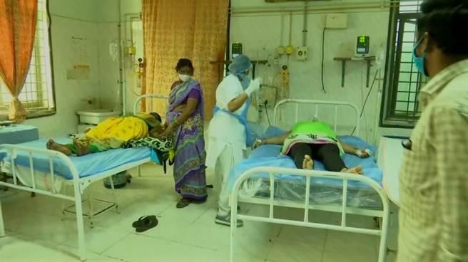 印度12月6日爆發不明原因的神秘疾病,至今已有近600人住院、1人死亡。怪病爆發第5天,世界衛生組織專家已抵達疫情集中地點進行調查。(圖/路透)