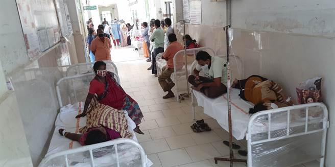 印度南部爆發怪病,已有數百人住院、1人死亡,醫院走廊上擠滿了病床。(圖/美聯社)