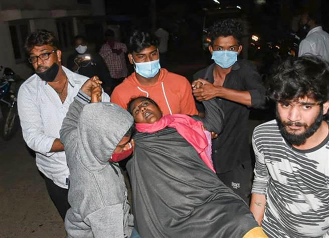 印度12月6日爆發不明原因的神秘疾病,患病者有癲癇、記憶喪失、突然暈厥、頭痛與背部疼痛症狀。已有600人住院、1 人死亡。(圖/印度時報)