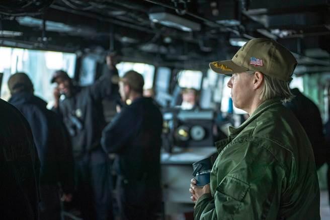 艾咪.鲍恩施密特将成为美国史上首位航空母舰女性舰长,在担任两栖船坞登陆舰舰长之前,她曾担任林肯号航母的副舰长。(图/星条旗报)